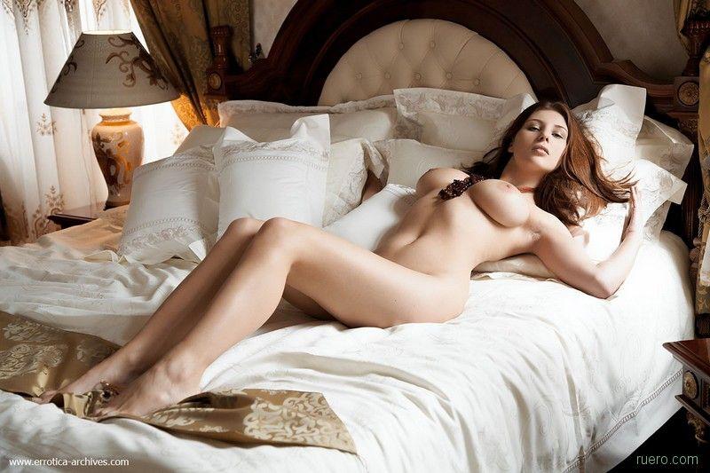 Красивые голые девушки в постели фото