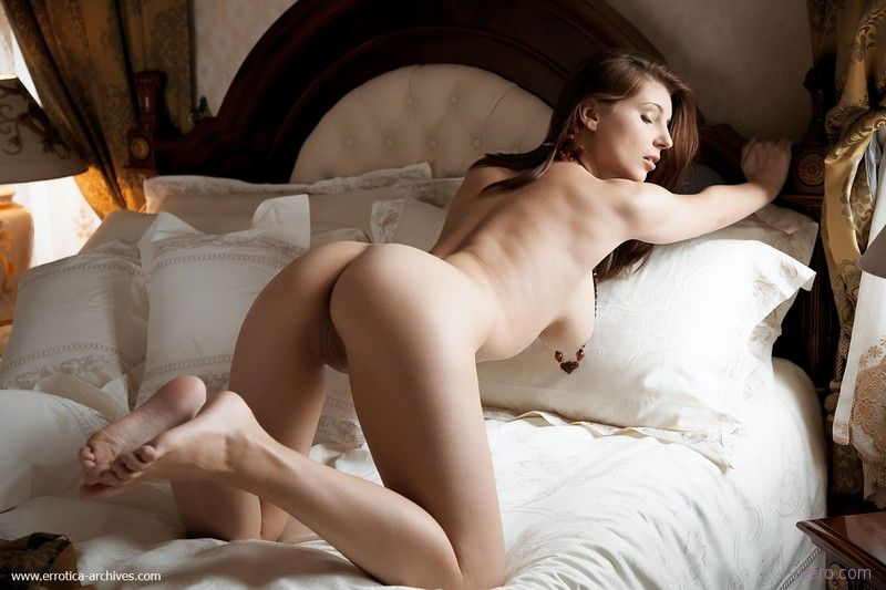 Девушки в постели порно фото