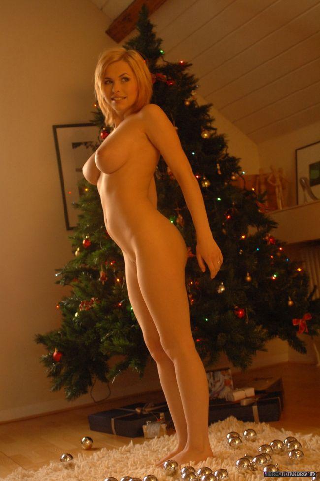 Голая девушка около елки — photo 8