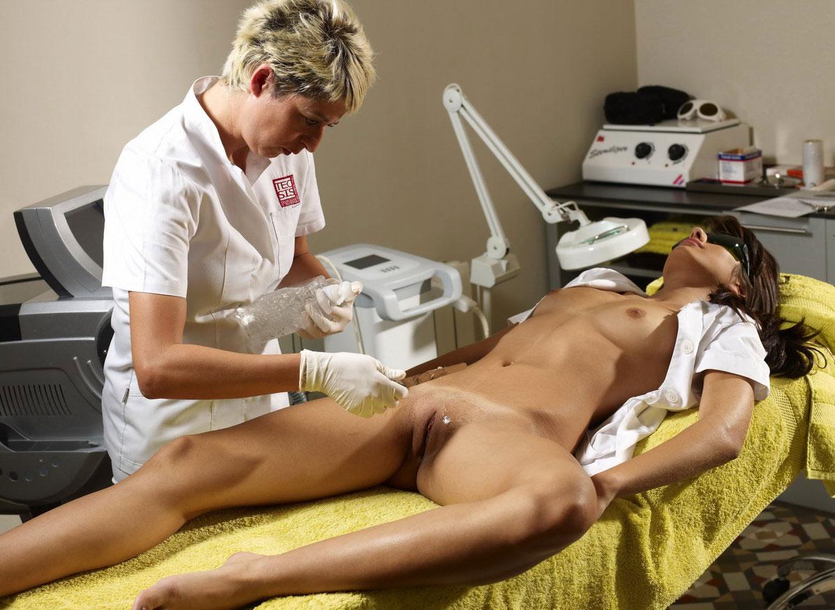 голую девушку бреют перед операцией двумя руками, сую