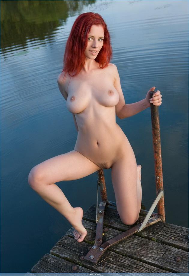 Стоит красотка у пруда, очко туда, очко сюда...