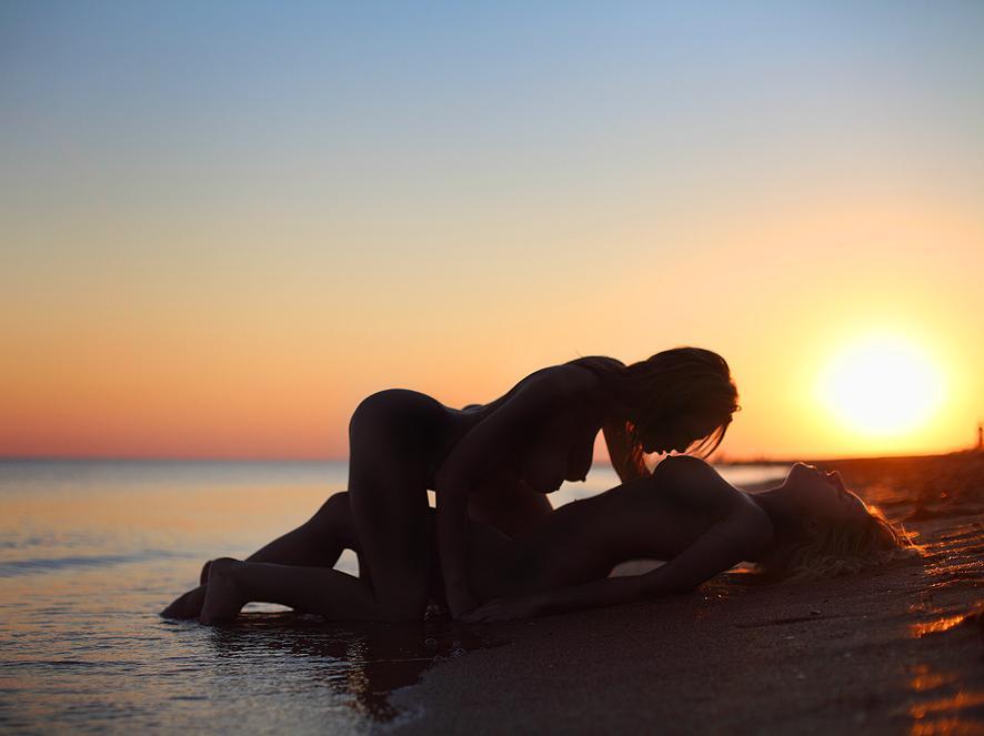 нежный секс брюнеток на берегу моря - 14