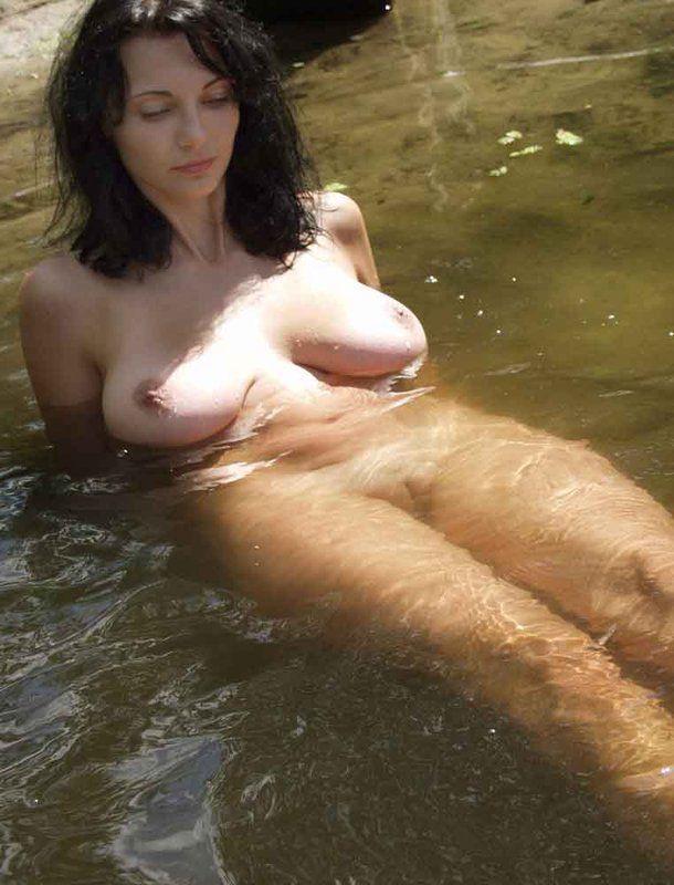 zrelie-golie-dami-pod-vodoy-video