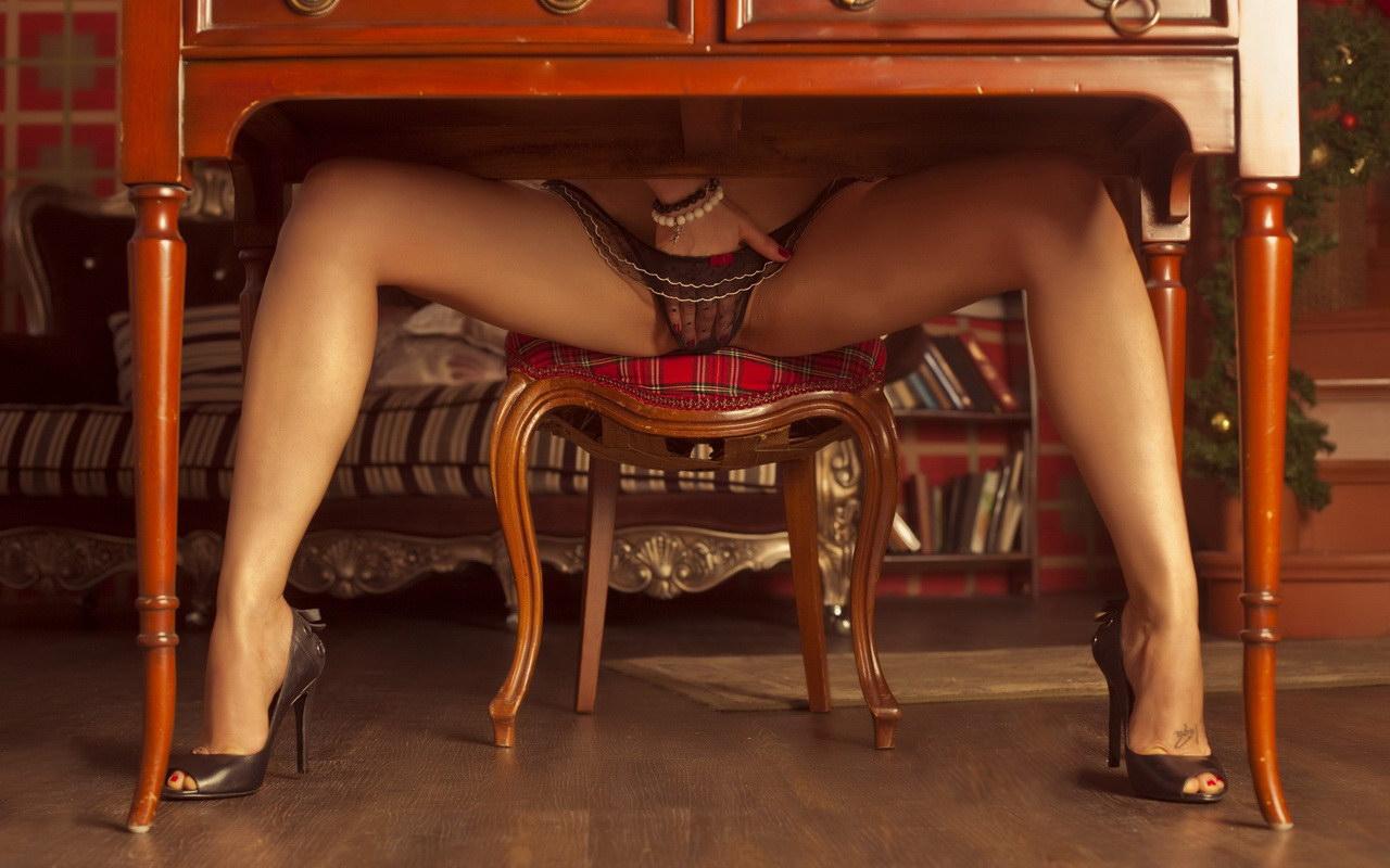 Девушки на стуле с раздвинутыми ногами фото
