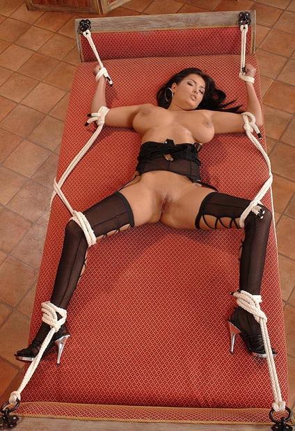 форме связи связывает женщину стулу и начинается голую жалея сил